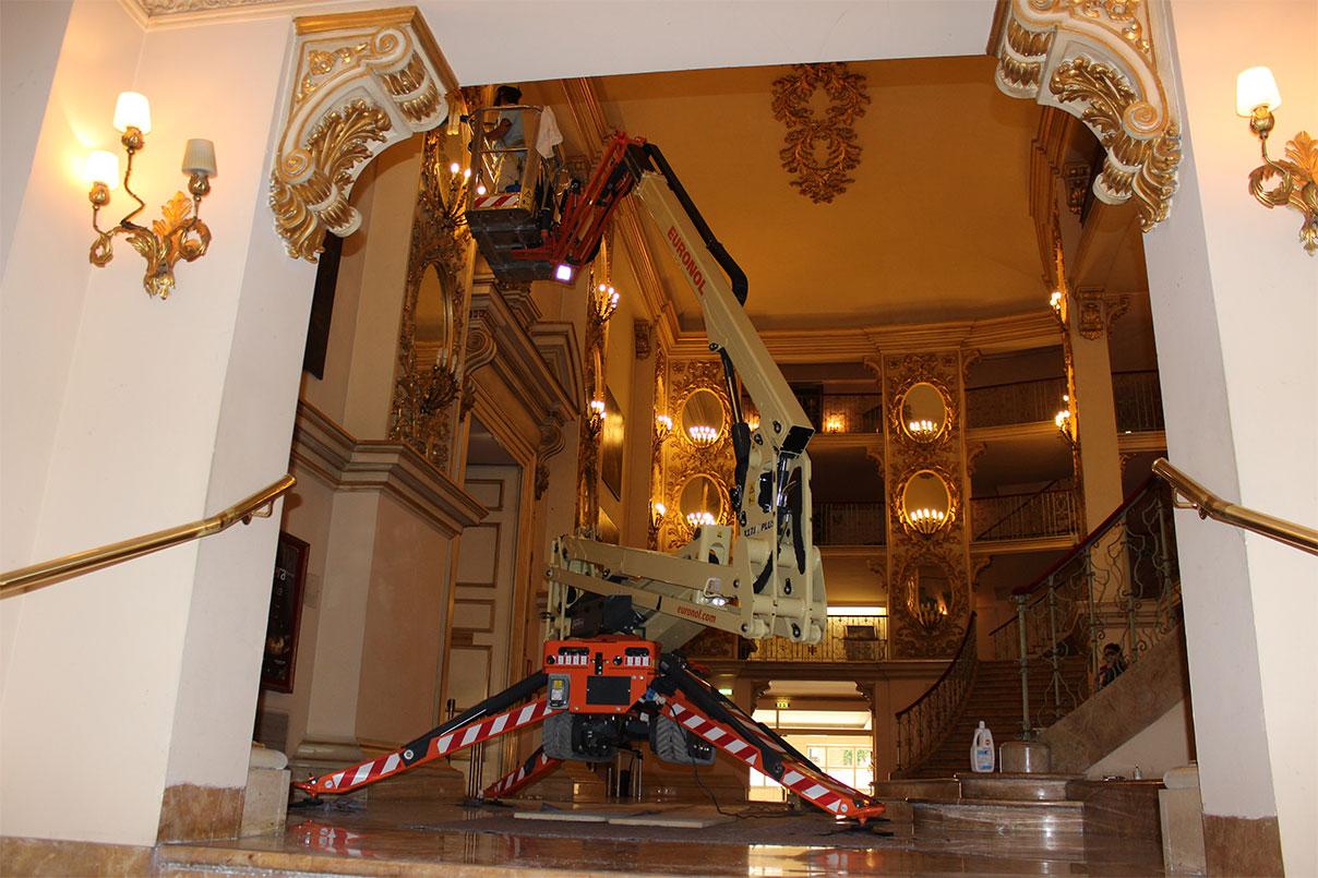 Cofiloc a teatro a Verona con un ragno X17J JLG