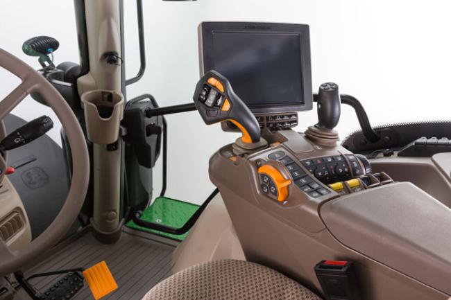 Il joystick CommandPRO™ su tutti i trattori della Ser.