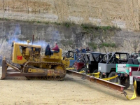 Video: Caterpillar D8 vs 20 Land Cruiser 4x4